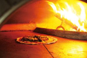 ピザ窯でピザ焼き