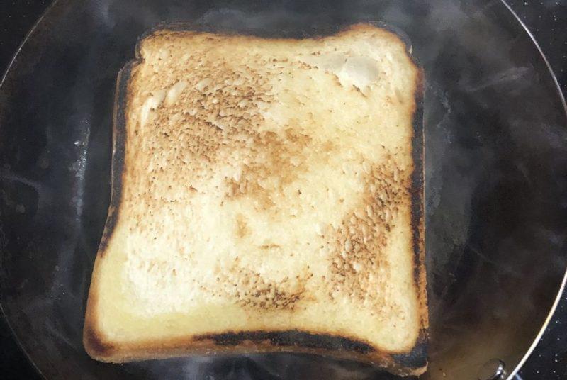 鉄フライパンでトースト